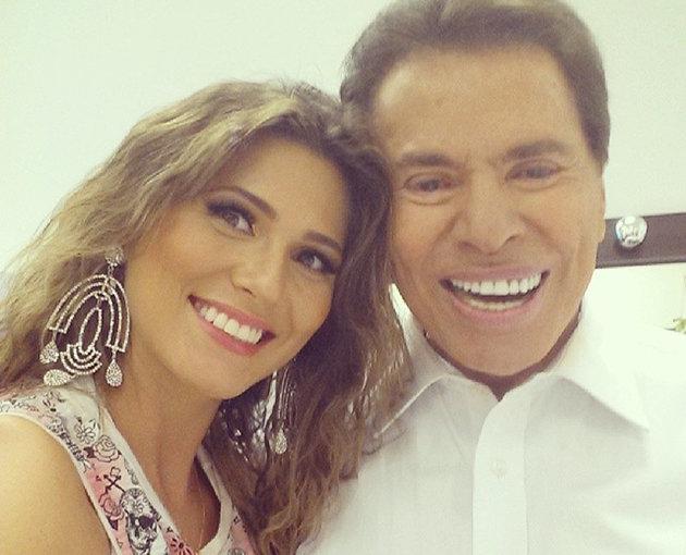 Silvio Santos se rende ao selfie e aparece ao lado de Lívia Andrade
