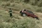 Carro capota, cai em vala e duas pessoas ficam feridas em Linhares