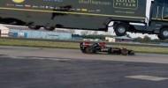 Caminhão salta sobre carro de Fórmula 1, apenas por diversão
