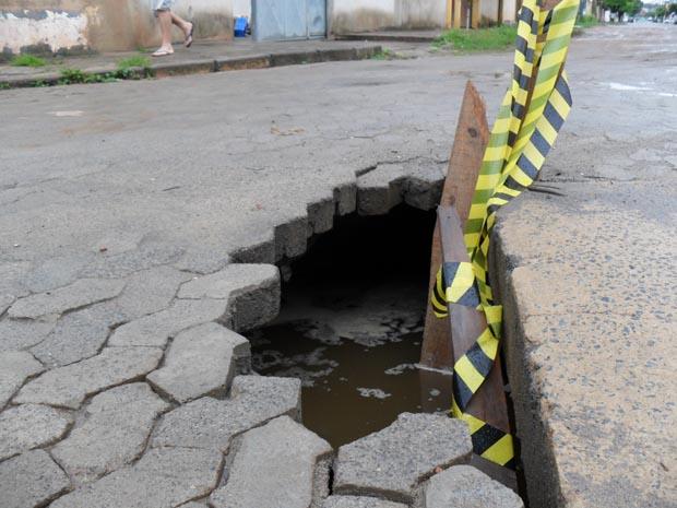 Moradora do bairro tem medo de que acidentes aconteçam devido ao buraco