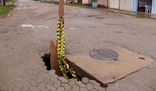 Buraco fica entre as ruas 08 e Assunção, em Jardim Guaranhuns