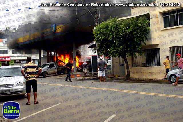 SiteBarra - Carros incendiados no posto de gasolina em Barra de Sao Francisco (1)