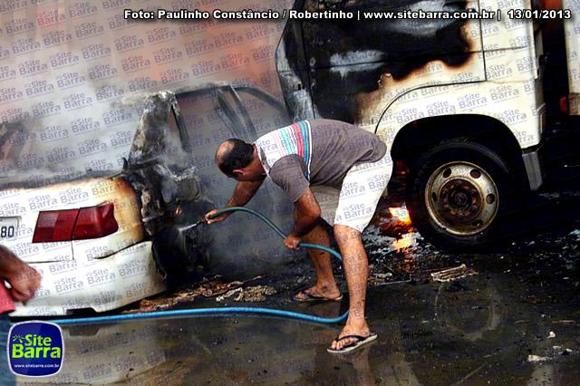 SiteBarra - Carros incendiados no posto de gasolina em Barra de Sao Francisco (107)
