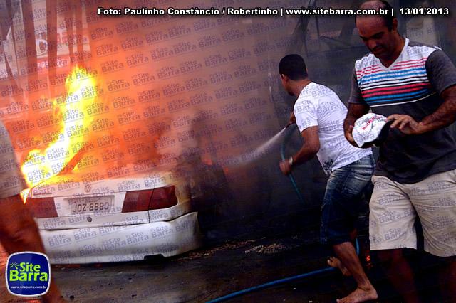 SiteBarra - Carros incendiados no posto de gasolina em Barra de Sao Francisco (110)