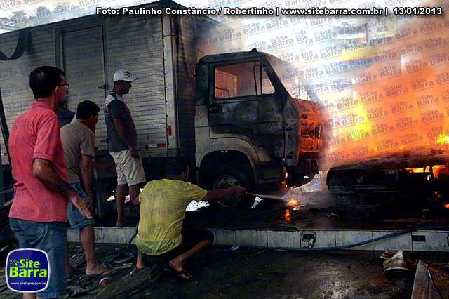 SiteBarra - Carros incendiados no posto de gasolina em Barra de Sao Francisco (118)