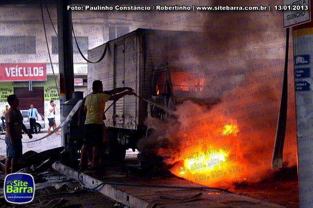 SiteBarra - Carros incendiados no posto de gasolina em Barra de Sao Francisco (119)