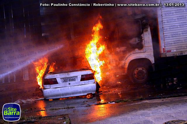 SiteBarra - Carros incendiados no posto de gasolina em Barra de Sao Francisco (121)
