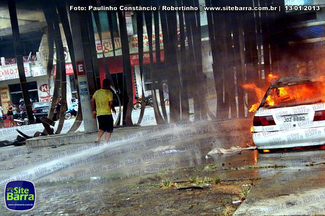 SiteBarra - Carros incendiados no posto de gasolina em Barra de Sao Francisco (122)