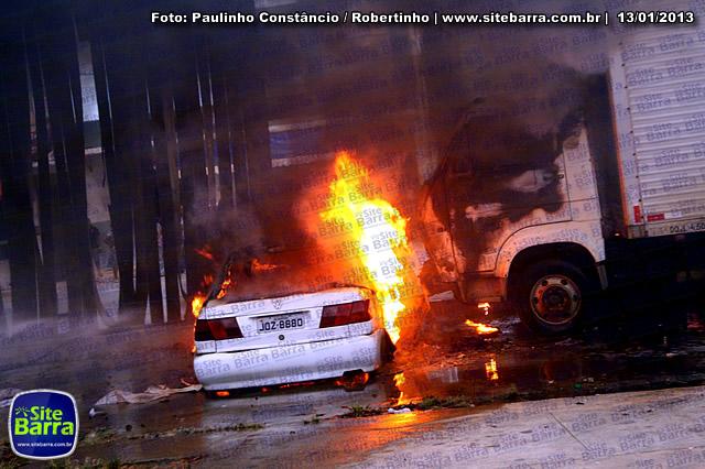 SiteBarra - Carros incendiados no posto de gasolina em Barra de Sao Francisco (123)