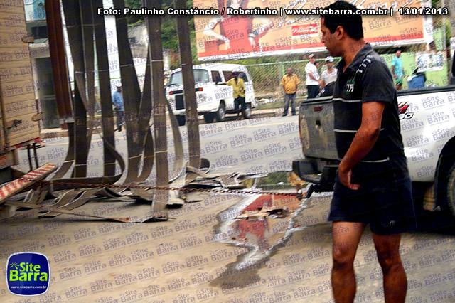 SiteBarra - Carros incendiados no posto de gasolina em Barra de Sao Francisco (133)