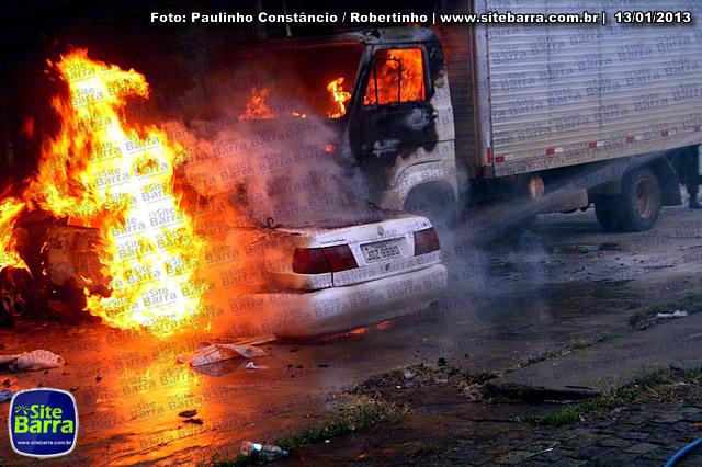 SiteBarra - Carros incendiados no posto de gasolina em Barra de Sao Francisco (143)