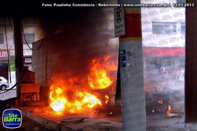 SiteBarra - Carros incendiados no posto de gasolina em Barra de Sao Francisco (146)
