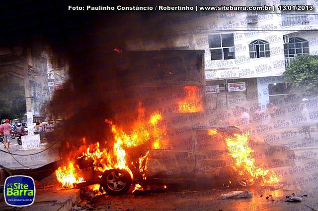 SiteBarra - Carros incendiados no posto de gasolina em Barra de Sao Francisco (147)