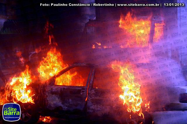 SiteBarra - Carros incendiados no posto de gasolina em Barra de Sao Francisco (148)