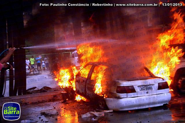 SiteBarra - Carros incendiados no posto de gasolina em Barra de Sao Francisco (149)