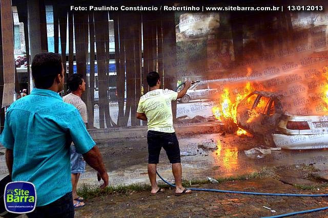 SiteBarra - Carros incendiados no posto de gasolina em Barra de Sao Francisco (150)