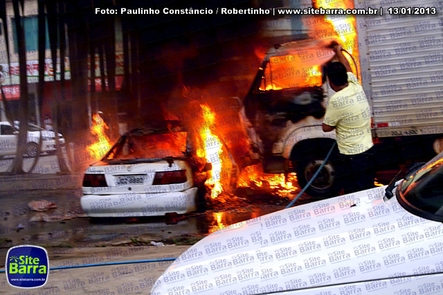 SiteBarra - Carros incendiados no posto de gasolina em Barra de Sao Francisco (154)