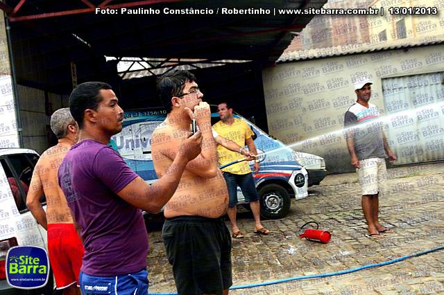 SiteBarra - Carros incendiados no posto de gasolina em Barra de Sao Francisco (155)