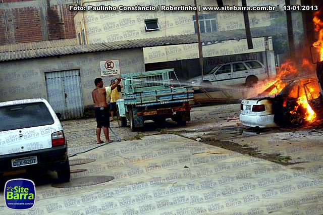 SiteBarra - Carros incendiados no posto de gasolina em Barra de Sao Francisco (161)