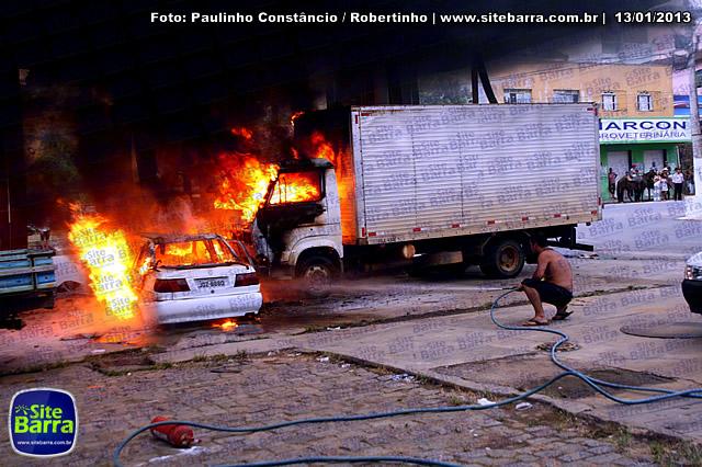 SiteBarra - Carros incendiados no posto de gasolina em Barra de Sao Francisco (162)