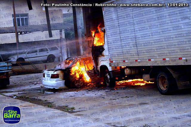 SiteBarra - Carros incendiados no posto de gasolina em Barra de Sao Francisco (163)