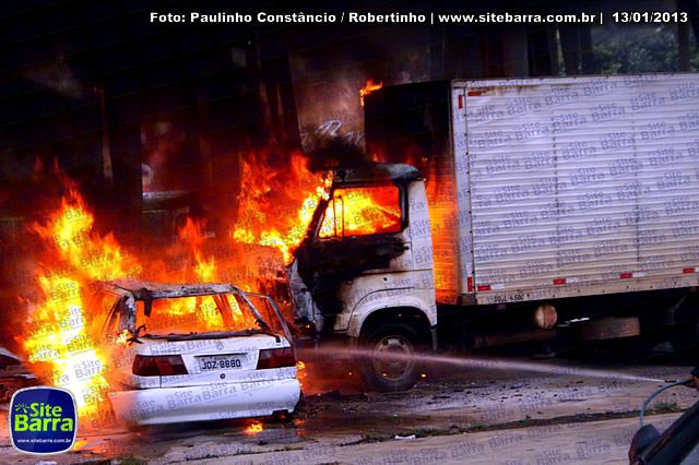 SiteBarra - Carros incendiados no posto de gasolina em Barra de Sao Francisco (164)