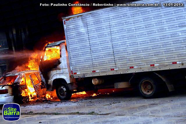SiteBarra - Carros incendiados no posto de gasolina em Barra de Sao Francisco (165)
