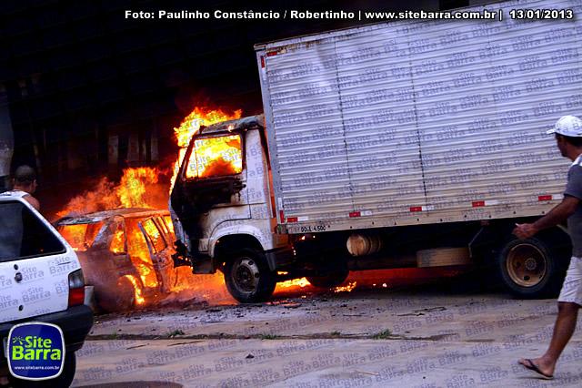 SiteBarra - Carros incendiados no posto de gasolina em Barra de Sao Francisco (166)