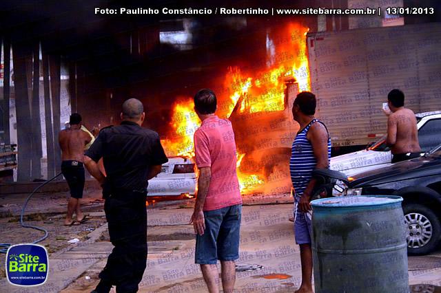 SiteBarra - Carros incendiados no posto de gasolina em Barra de Sao Francisco (167)