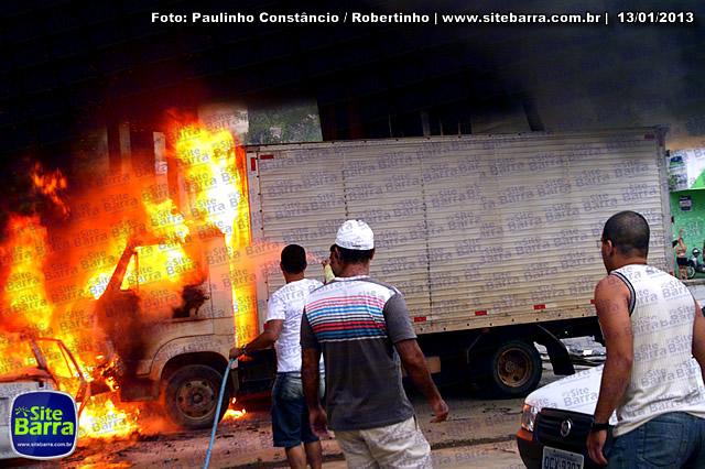 SiteBarra - Carros incendiados no posto de gasolina em Barra de Sao Francisco (168)
