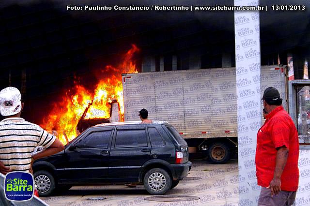 SiteBarra - Carros incendiados no posto de gasolina em Barra de Sao Francisco (169)