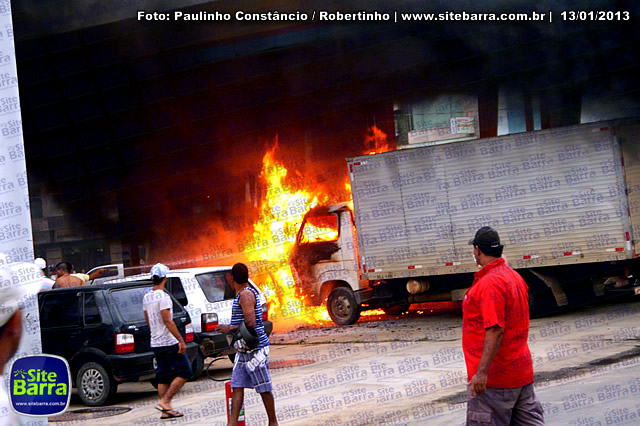 SiteBarra - Carros incendiados no posto de gasolina em Barra de Sao Francisco (170)