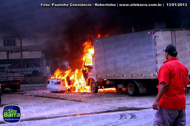 SiteBarra - Carros incendiados no posto de gasolina em Barra de Sao Francisco (171)