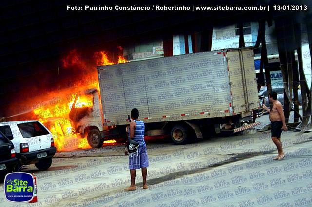 SiteBarra - Carros incendiados no posto de gasolina em Barra de Sao Francisco (172)