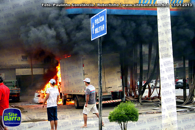 SiteBarra - Carros incendiados no posto de gasolina em Barra de Sao Francisco (173)