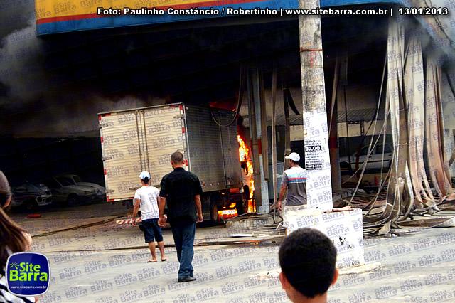 SiteBarra - Carros incendiados no posto de gasolina em Barra de Sao Francisco (175)