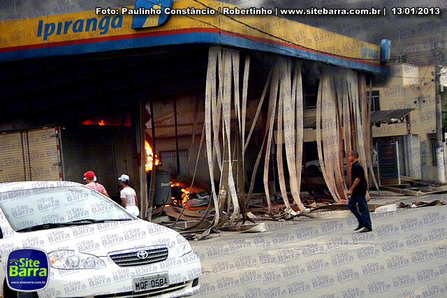 SiteBarra - Carros incendiados no posto de gasolina em Barra de Sao Francisco (176)