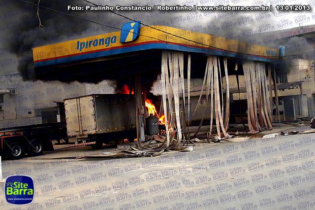 SiteBarra - Carros incendiados no posto de gasolina em Barra de Sao Francisco (177)