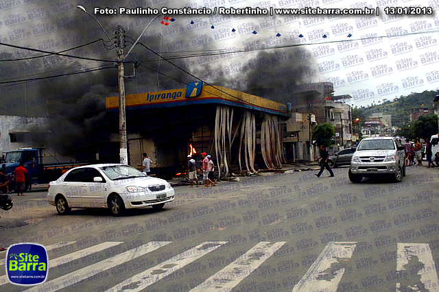 SiteBarra - Carros incendiados no posto de gasolina em Barra de Sao Francisco (178)
