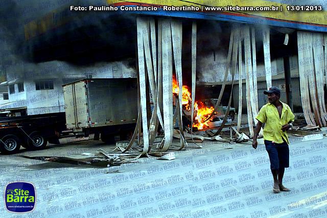 SiteBarra - Carros incendiados no posto de gasolina em Barra de Sao Francisco (180)