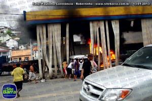 SiteBarra - Carros incendiados no posto de gasolina em Barra de Sao Francisco (182)