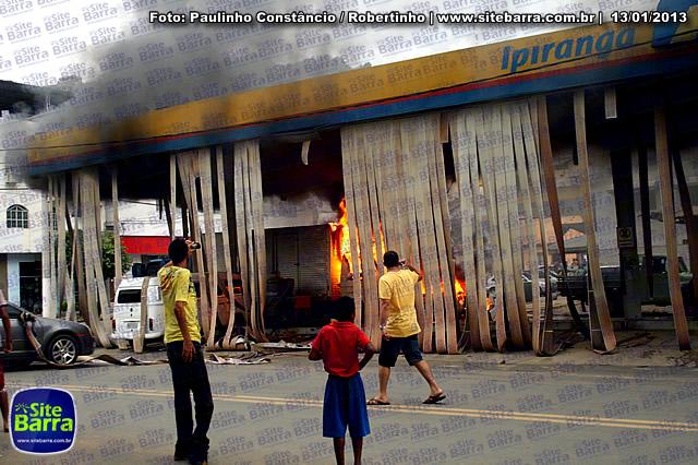 SiteBarra - Carros incendiados no posto de gasolina em Barra de Sao Francisco (183)