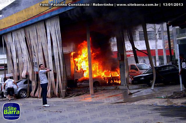 SiteBarra - Carros incendiados no posto de gasolina em Barra de Sao Francisco (184)