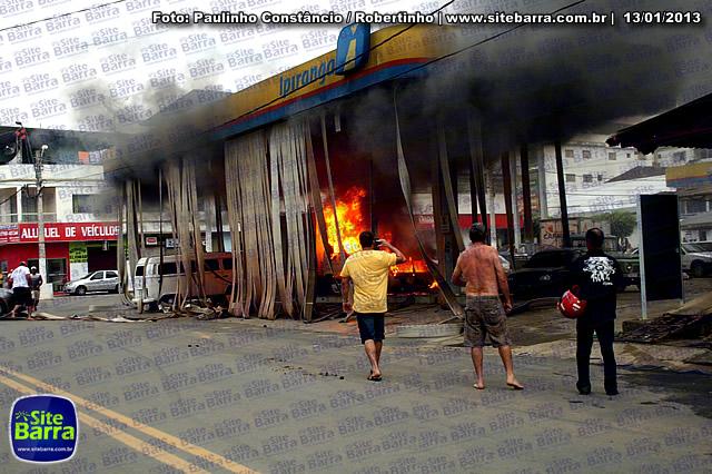 SiteBarra - Carros incendiados no posto de gasolina em Barra de Sao Francisco (185)