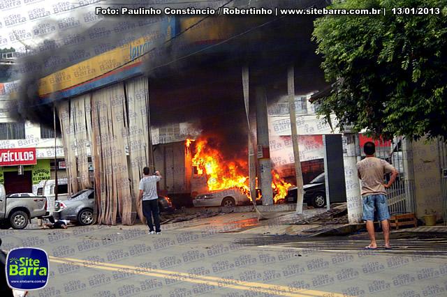 SiteBarra - Carros incendiados no posto de gasolina em Barra de Sao Francisco (186)