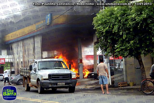 SiteBarra - Carros incendiados no posto de gasolina em Barra de Sao Francisco (187)