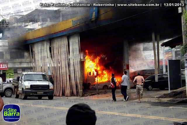 SiteBarra - Carros incendiados no posto de gasolina em Barra de Sao Francisco (188)