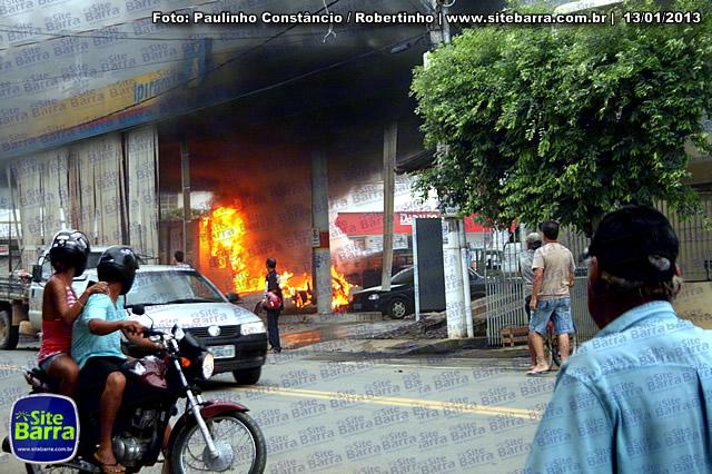 SiteBarra - Carros incendiados no posto de gasolina em Barra de Sao Francisco (189)