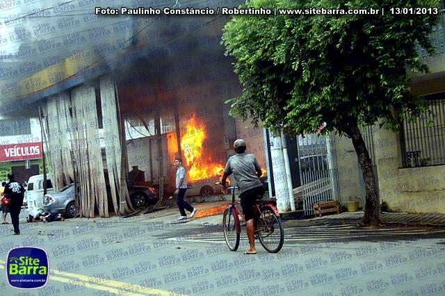 SiteBarra - Carros incendiados no posto de gasolina em Barra de Sao Francisco (190)