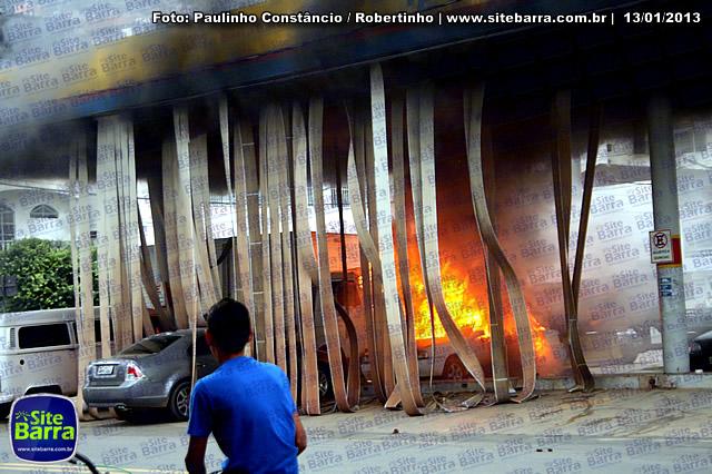 SiteBarra - Carros incendiados no posto de gasolina em Barra de Sao Francisco (191)